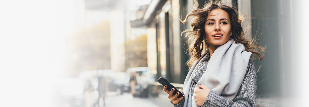Kobieta korzystająca ze smartfona online
