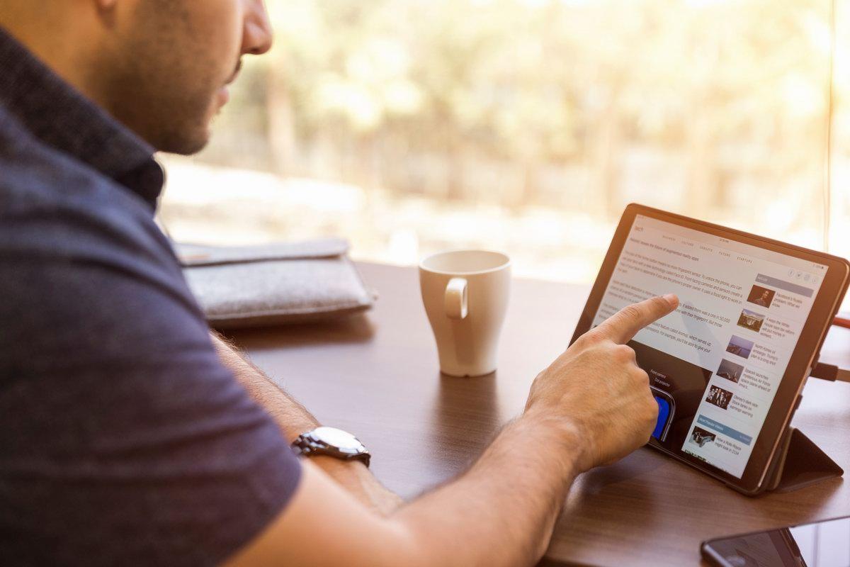 Mężczyzna z tabletem korzystający z internetu