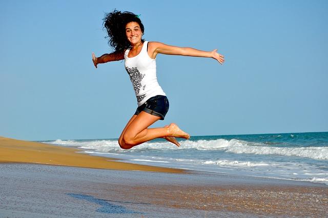 Kobieta uśmiechnięta na plaży