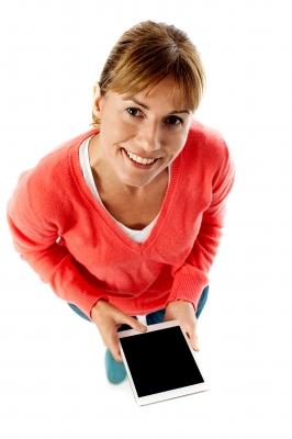 Kobieta z tabletem - pożyczka przez smartfona
